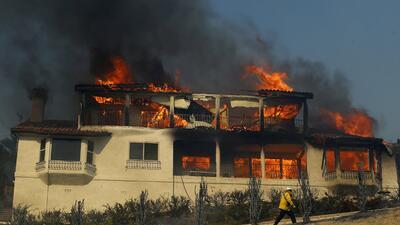 Unas 150 edificaciones han sido destruidas por las llamas del incendio T...