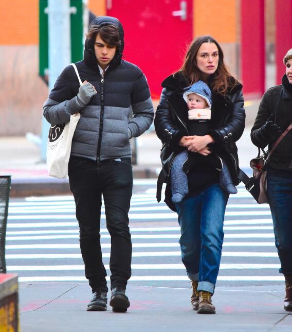 Keira Knightley pasea con su bebé