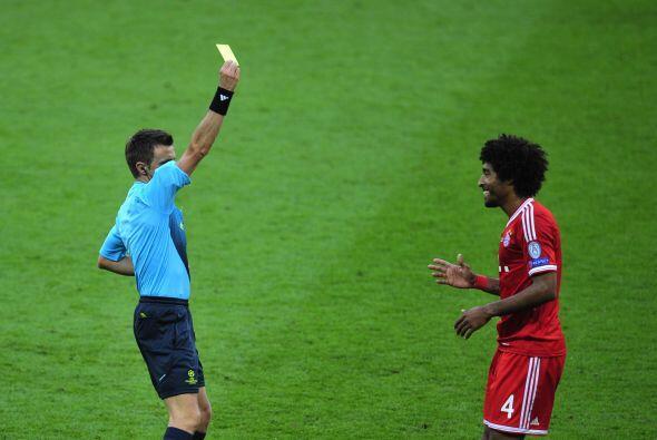 El barsileño Dante se llevó la primera tarjeta del partido.