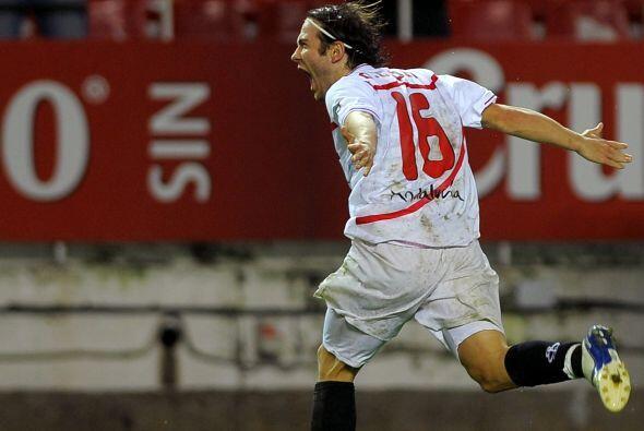 Y el lateral Diego Capel aprovechó un error para redondear el triunfo co...