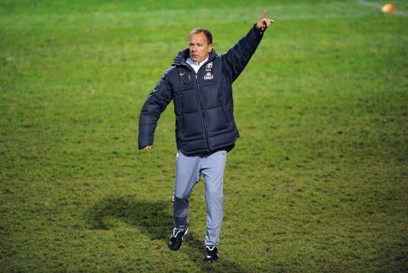 El técnico de Brasil, Mano Menezes, tiene sobre sus hombros la difícil t...