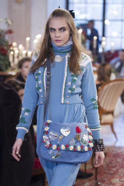 Aquí vemos a Cara en un lindo conjunto azul con temas navideños y un bol...