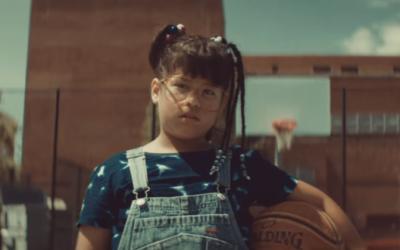 Con la adorable Saraí González como protagonista, este video además tien...