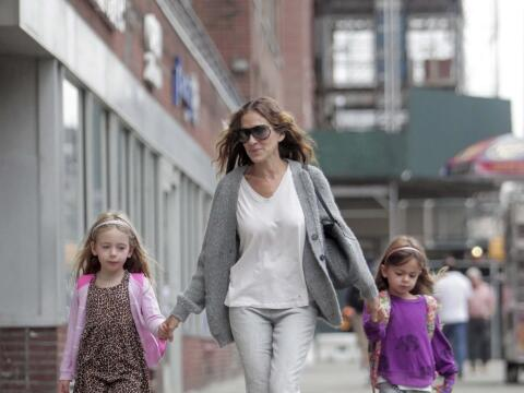 La actriz lleva a la escuela a sus encantadoras Tabitha y Marion.