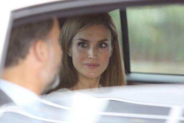 Letizia Ortiz Rocasolano y Felipe de Borbón, en el vehícul...
