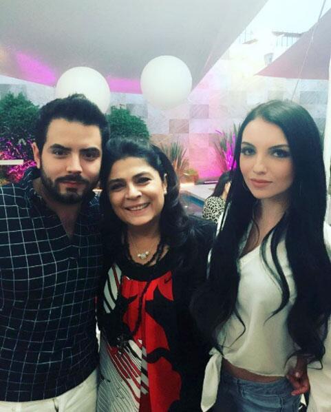 José Eduardo Derbez, su familia y su novia Bárbara Escalante