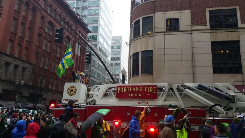 Timber Joy tiene su lugar en el camión de bomberos durante el desfile.