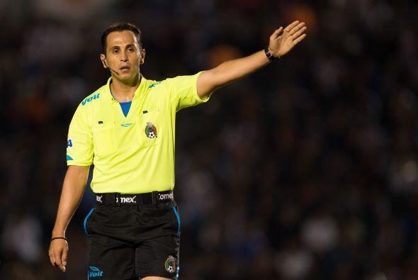 El árbitro central Luis Enrique Santander no dudó al se&nt...