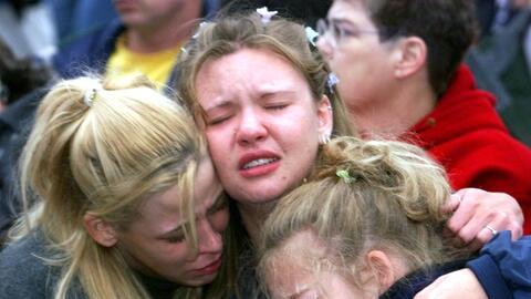 Jóvenes desoladas en una vigilia tras la matanza de Columbine, en...