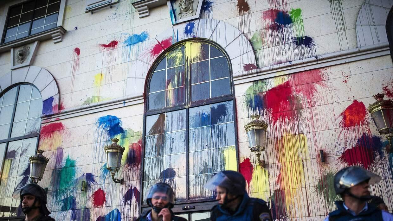 En lugar de lanzar ladrillos o bombas Molotov, arrojan bolas de pinturas...