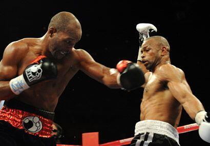 Hopkins de 45 años dominó casi todo el combate en la en categoría de los...