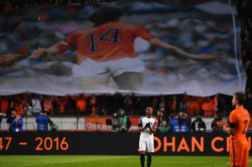 Las mejores imágenes del choque Holanda vs. Francia con homenaje...