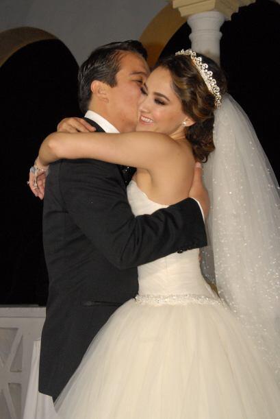 No cabe duda de que esta parejita está llena de amor, Gerardo abrazaba d...