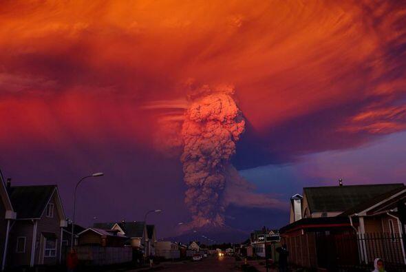 El volcán Calbuco está situado muy cerca del Villarrica, que entró en er...