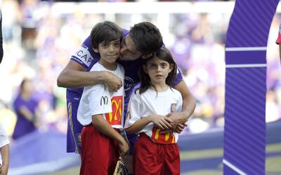 Kaká salta a la cancha con sus hijos antes de jugar su últ...