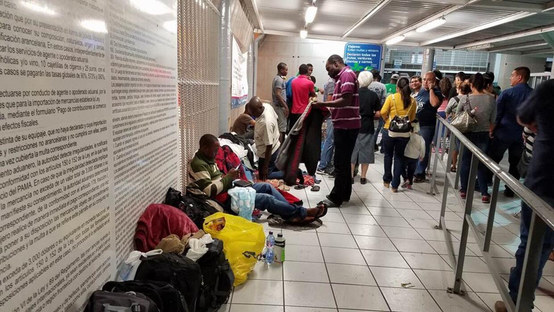 La organización Esperanza de la Frontera entregó comida y ropa en la gar...