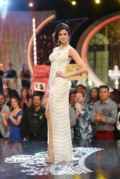 Pero no fue la única que brilló, para Alina eligieron un vestido blanco...
