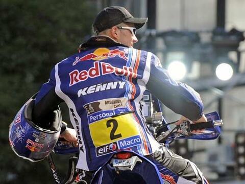 El francés Cyril Despres salió sin el casco puesto para po...