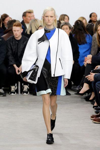 El azul cobalto brillante y profundo dominó la propuesta, en una túnica...