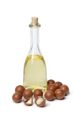 El aceite de macadamia  es muy nutritivo y beneficia a todo tipo de cabe...