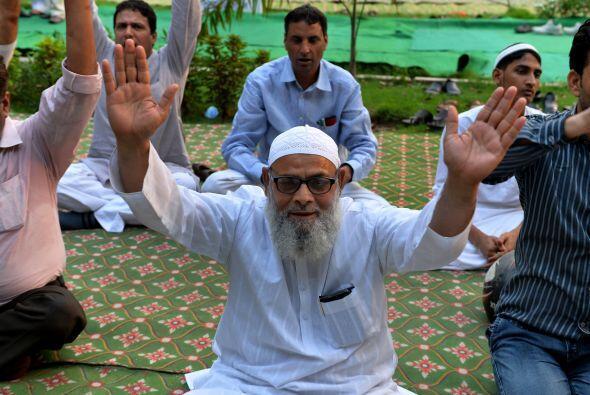 Un hombre musulmán indio se suma a las preparaciones para el Día Interna...