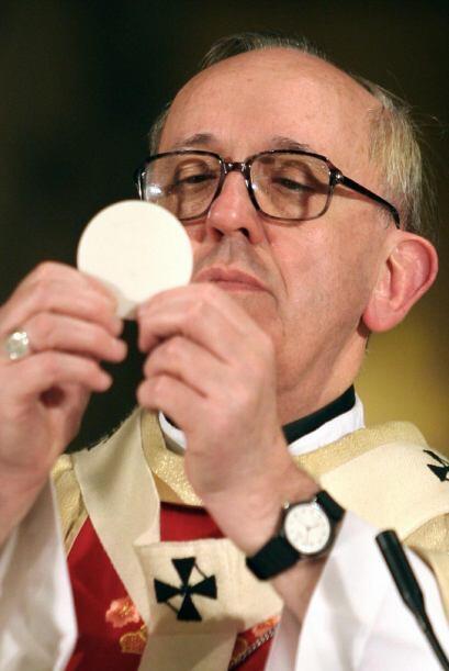 Bergoglio tambi'en ha sido miembro de las Sociedades de Vida Apostólica;...