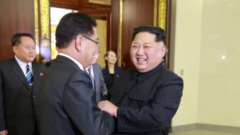 Un sonriente Kim Jong Un (delante derecha), gobernante de Corea del Nort...