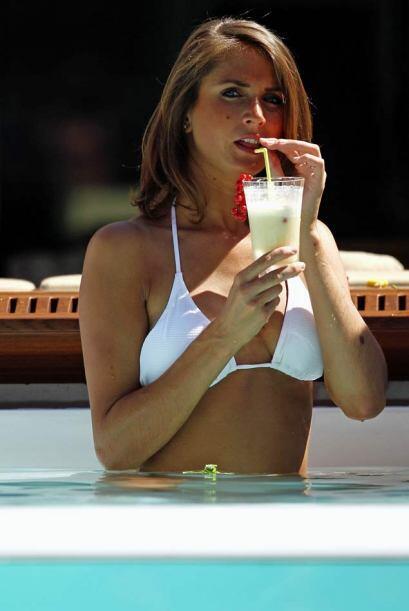 Esta bella aficionada disfrutó de una piña colada en una de las piscinas...