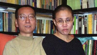 El disidente chino Liu Xiaobo junto a su esposa, Liu Xiaobo, poco antes...