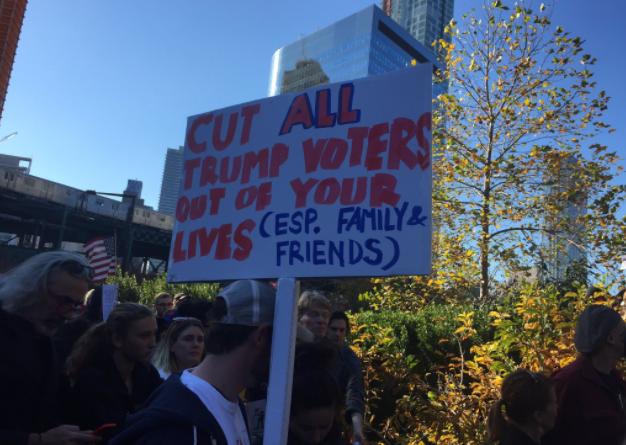 Entre quienes protestaban y pedían amor en Queens, uno exhibía este mens...