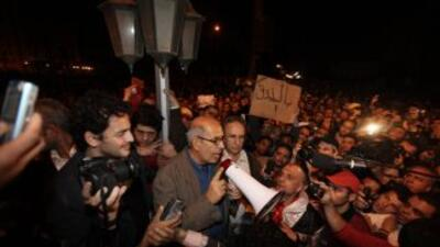 El líder opositor Mohamed ElBaradei se dirige a los manifestantes en la...