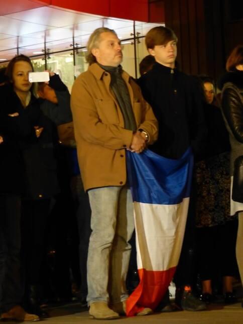 Realizan vigilia en Chicago por las víctimas del ataque terrorista a París.