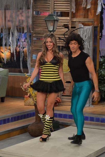 Johnny Lozada, ya disfrazado de Menudo, revoloteaba junto a la chica.