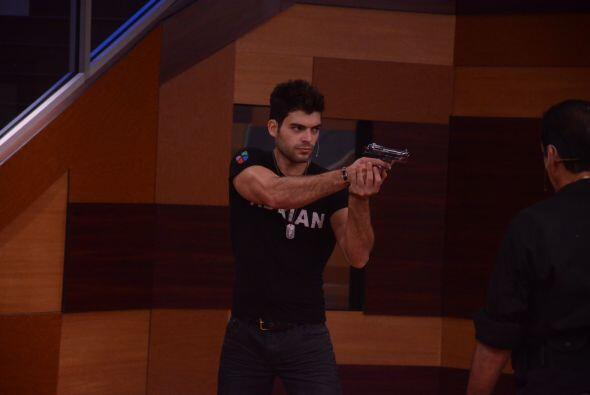 Adrián se metió en su personaje y se concentró en el objetivo.