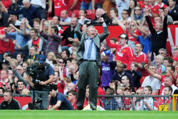 Ferguson saltó al campo de juego y fetejó con los brazos abiertos.