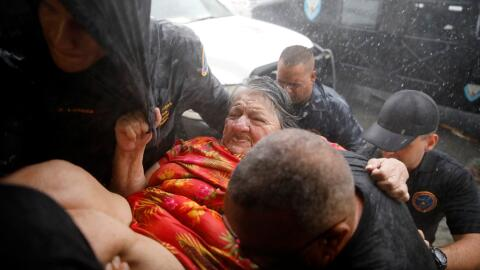 Autoridades rescatan a una mujer en Guayama, al sureste de la isla.