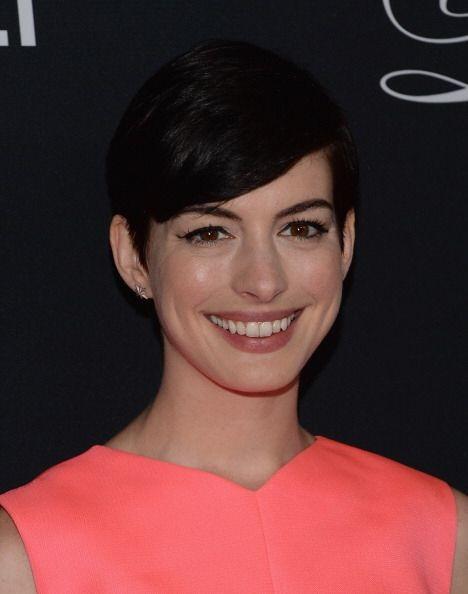 Otra que se unió a las melenas cortas fue Anne Hathaway, aunque su cambi...