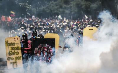 Jóvenes venezolanos se juegan la vida en marchas contra el gobierno de N...