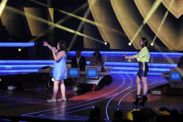La pequeña cantó acompañada de la guapa María José.