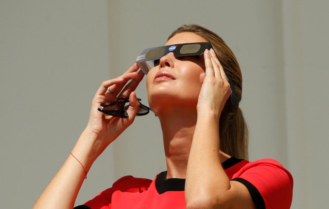 Ivanka se uso las gafas protectoras para ver el fenómeno.