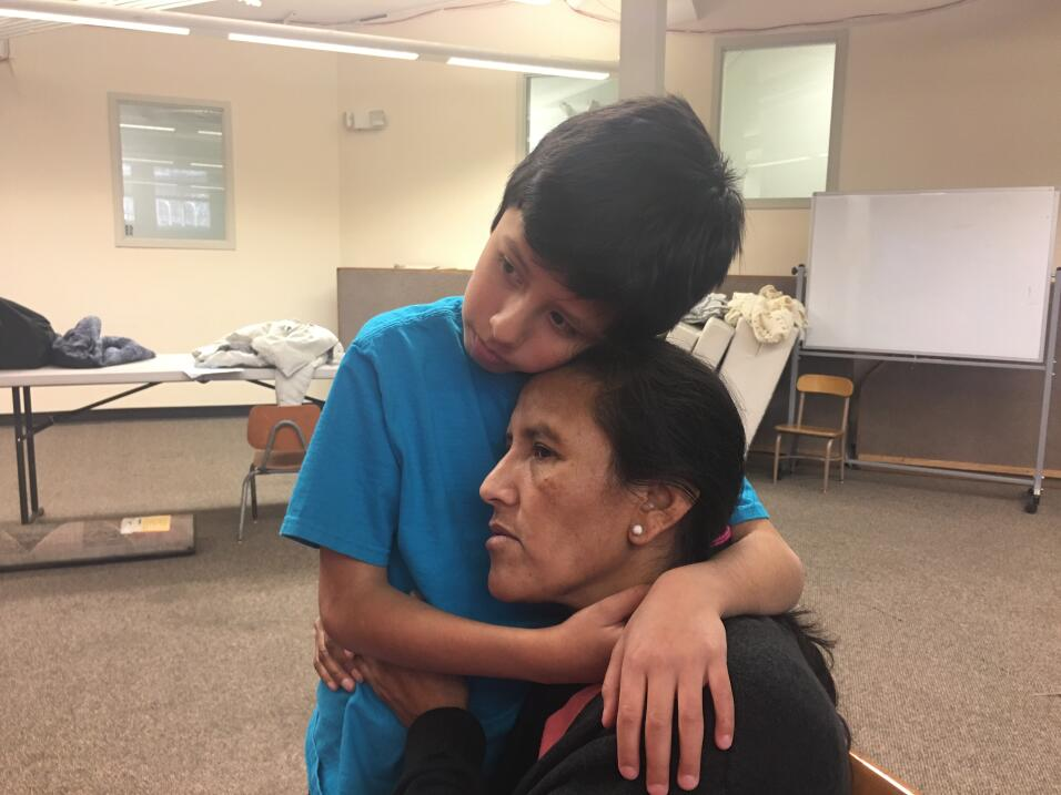 Madre guatemalteca sale de iglesia en la que se refugió en Connecticut p...
