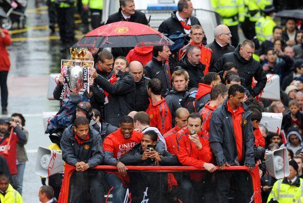 El trofeo circulaba por las manos de todo el plantel.