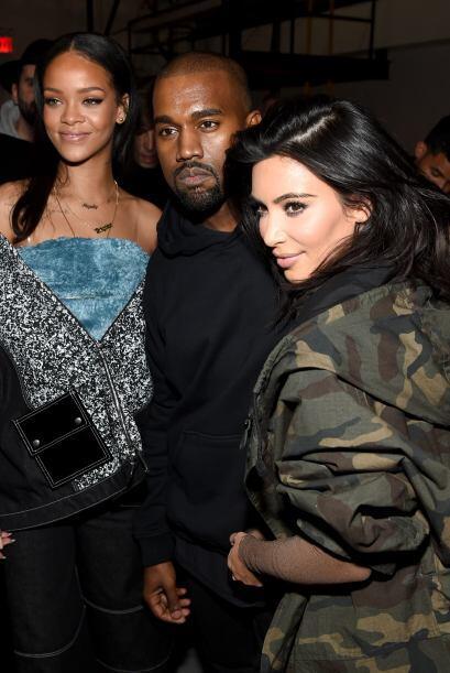 Kim aprovechó para posar al lado de su marido y presumir lo buen diseñad...