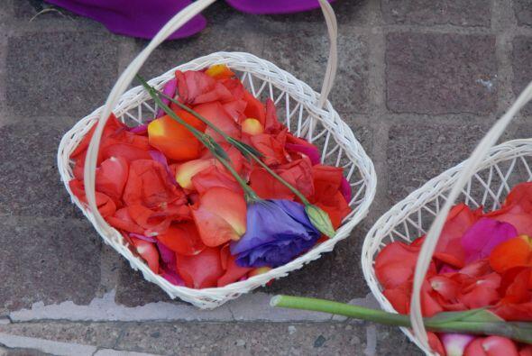 Los pétalos de rosa estaban listos para decorar el camino hacia la felic...