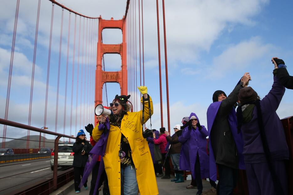 Miles de personas se reunieron en el Golden Gate Bridge en San Francisco...