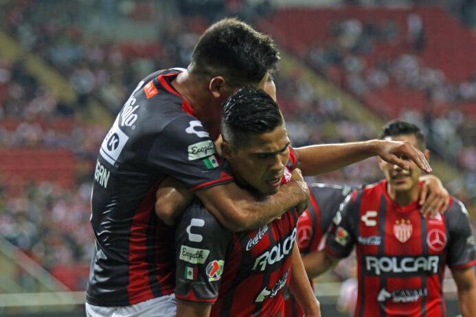 El campeón no sabe ganar: Chivas y Necaxa reparten puntos Luis Perez cel...
