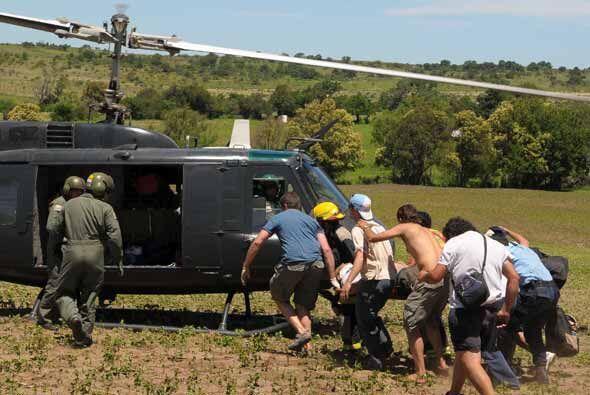 Un helicóptero del ejército llegó hasta el lugar del accidente para tras...