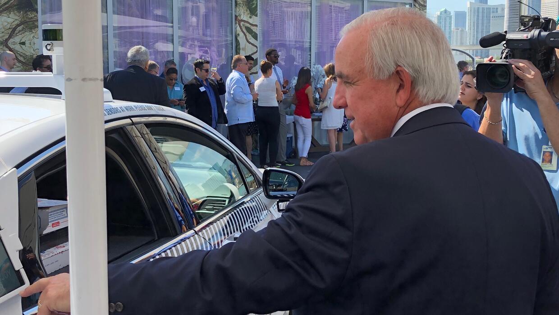 Carlos Gimenez, alcalde de Miami Dade, aprende a usar los servicios del...