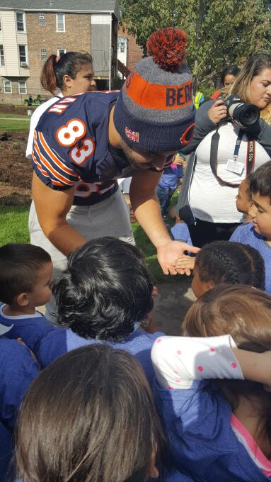 Bears ayudan en la construcción de un área para niños