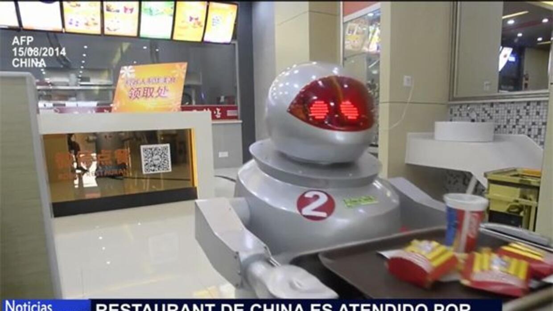 Los robots meseros ya son una realidad en China.